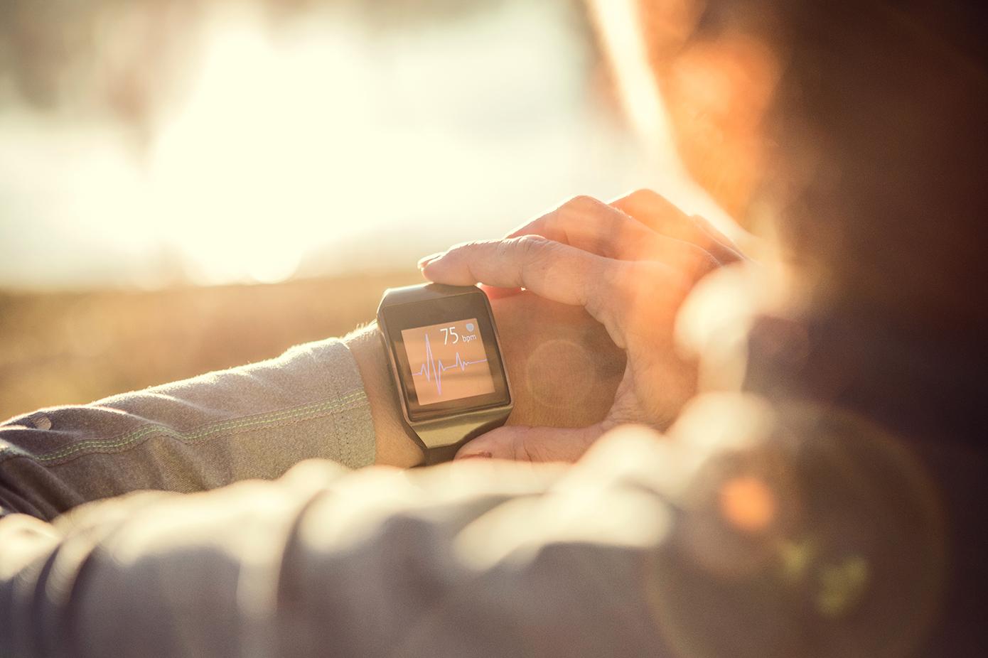 woman_wearing_smartwatch_smart_health